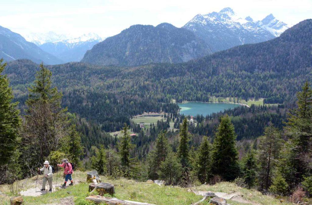In Mittenwald wandern am Kranzberg - unten der Lautersee im Wetterstein