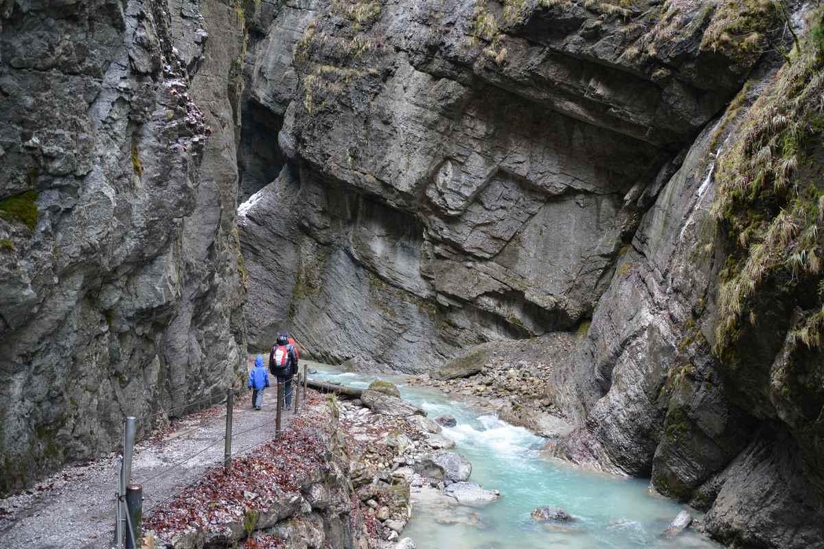 In der Partnachklamm wandern im Wettersteingebirge