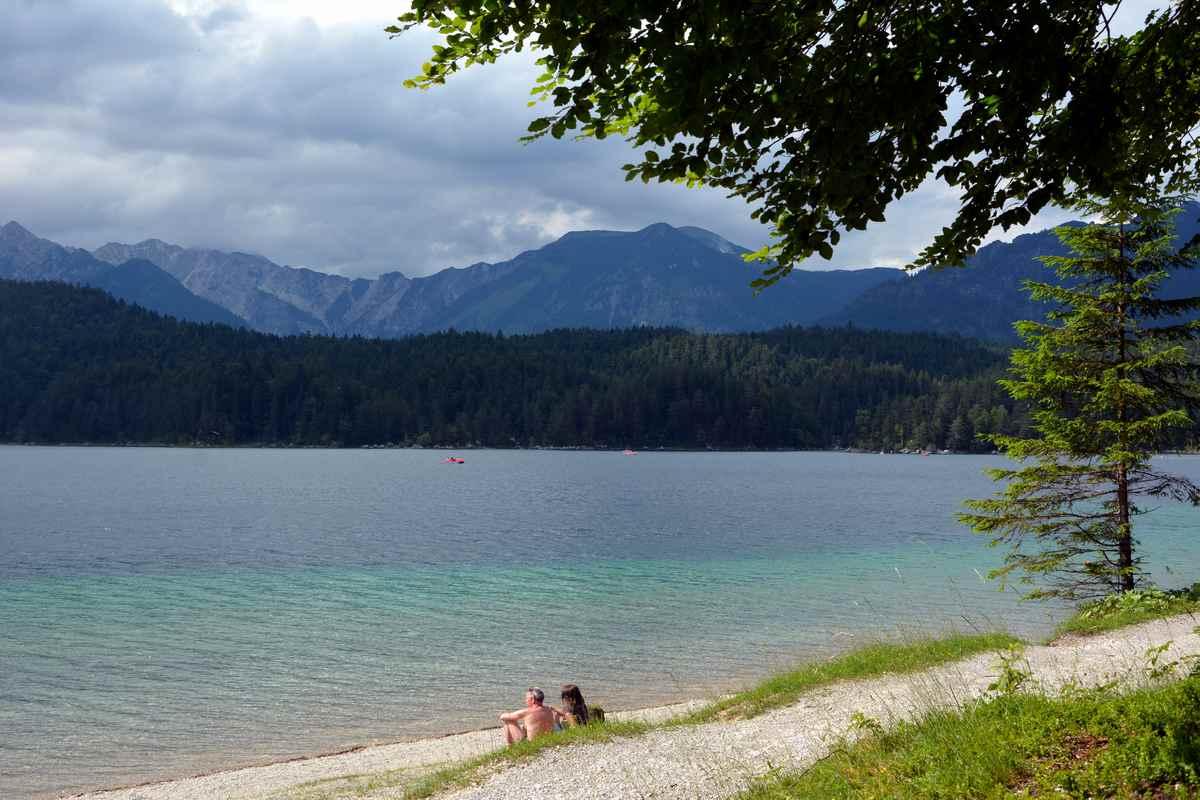 Der Kiesstrand zum Baden am Eibsee - der türkisgrüne See im Wettersteingebirge