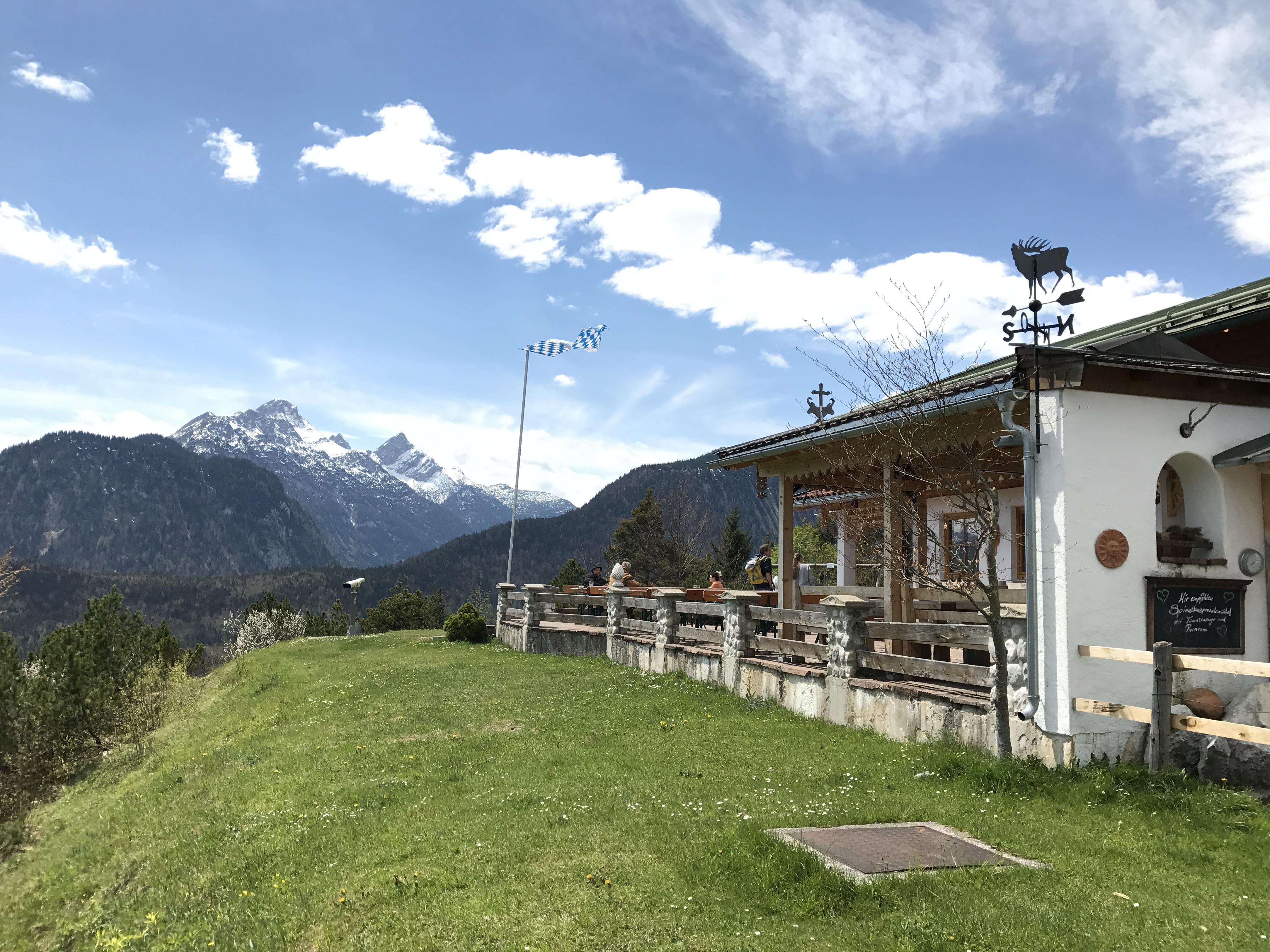 Das ist die Korbinianhütte in Mittenwald mit dem Wettersteingebirge