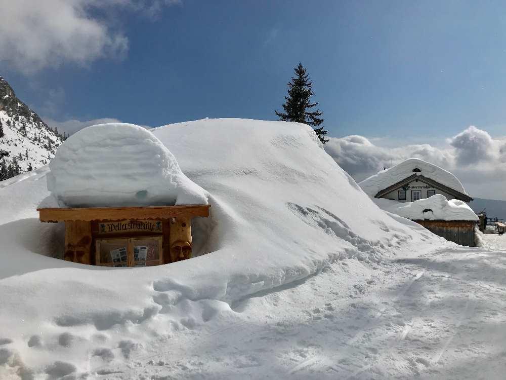 Weitwandern Winter zur bekannten Hütte im Wettersteingebirge