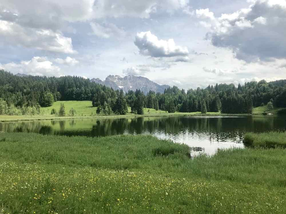 So schön liegt der Geroldsee in Bayern, Blick auf die Berge