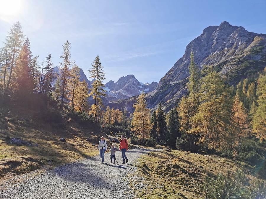 Im Wettersteingebirge wandern mit Kindern - im Herbst beim Seebensee