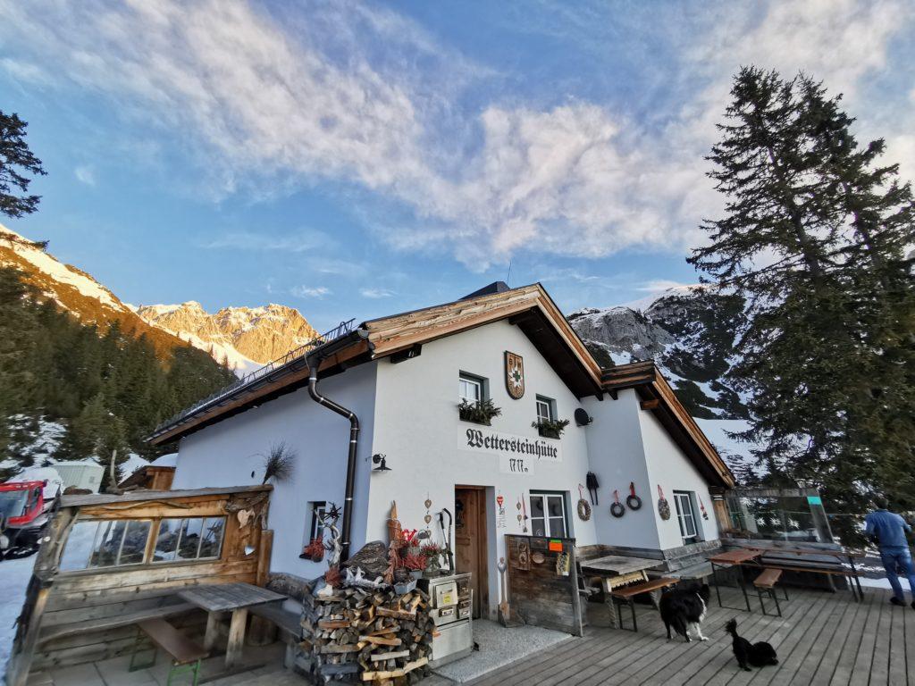 Die Wettersteinhütte - hinten das Wettersteingebirge im ersten Sonnenlicht am Morgen