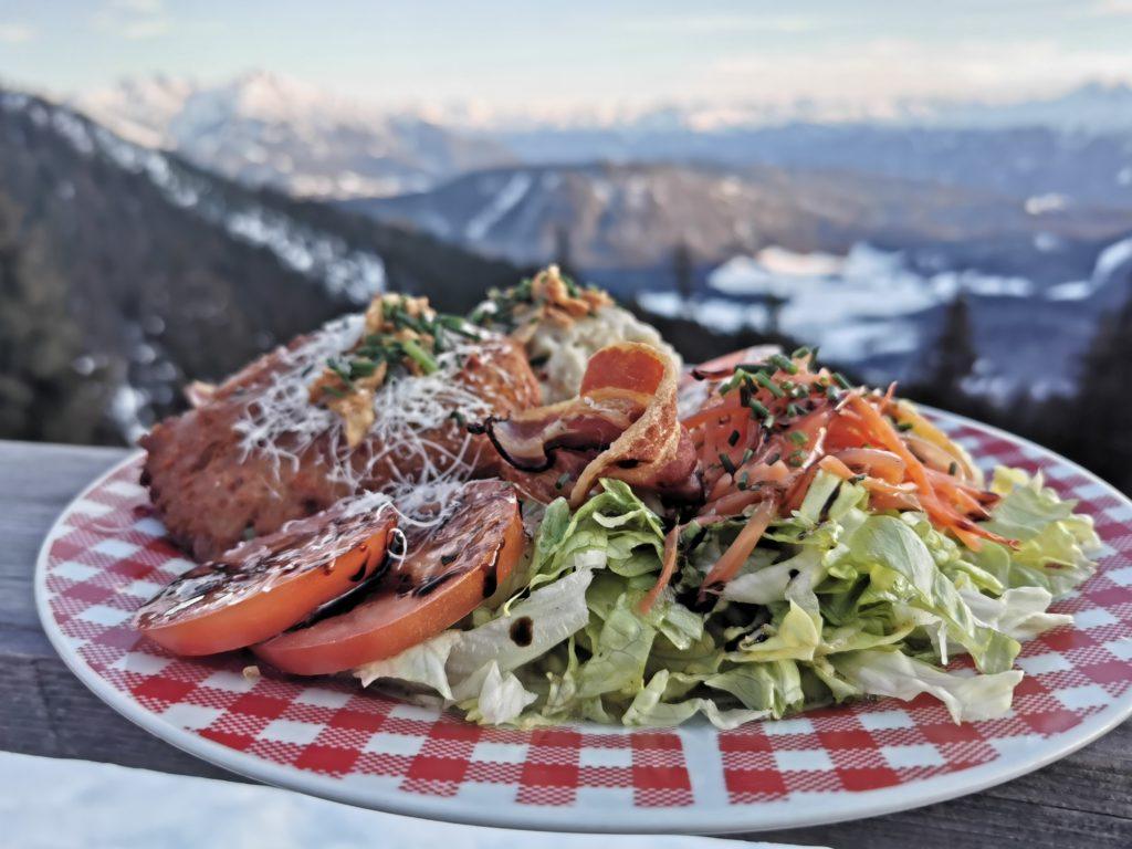 Gut essen auf der Wettersteinhütte: Salat mit Knödeln