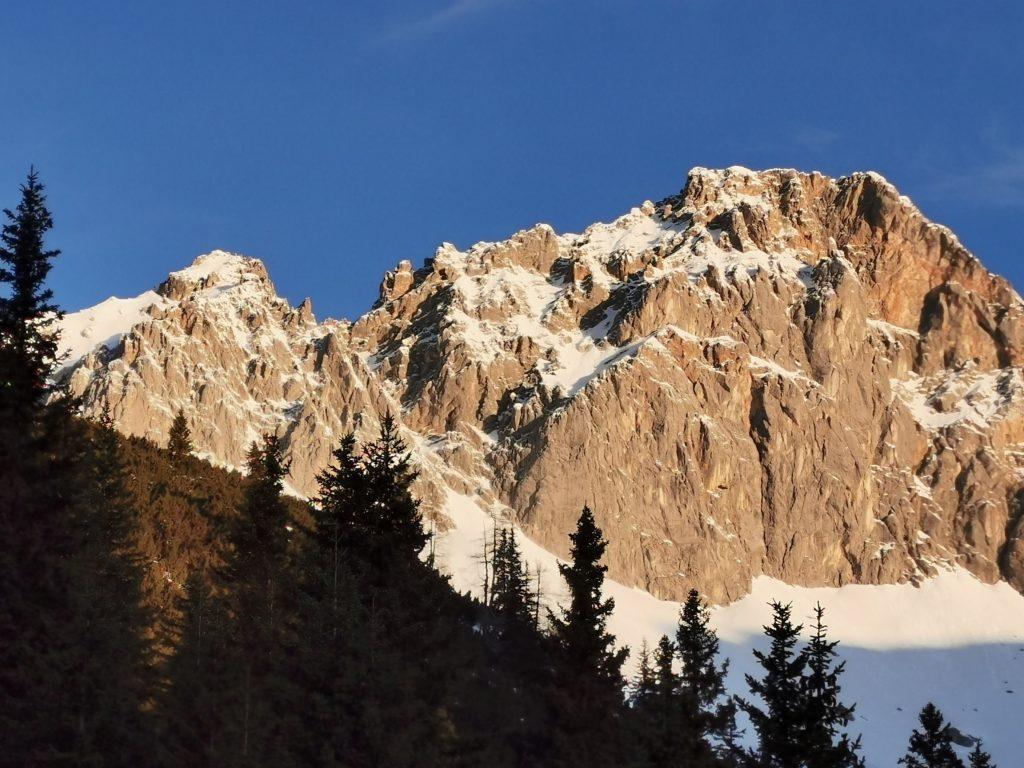 Auf die Zugspitze wandern ist anspruchsvoll - hier die Übersicht der Touren