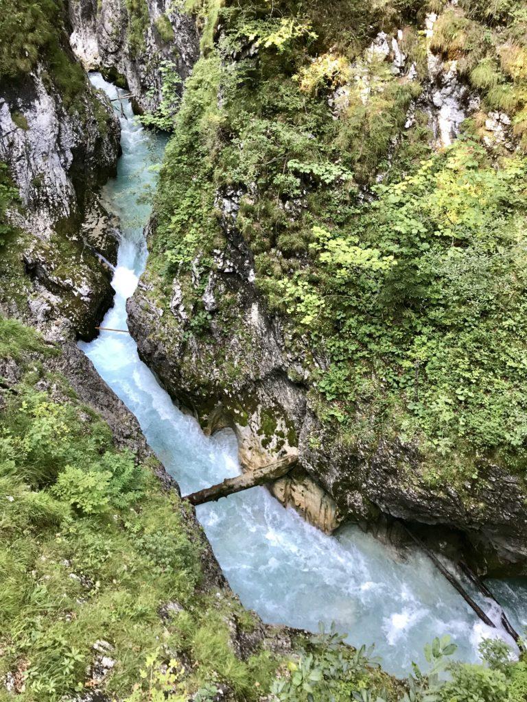 Eine vielbesuchte Klamm in Bayern - ohne Eintritt: Die Leutaschklamm