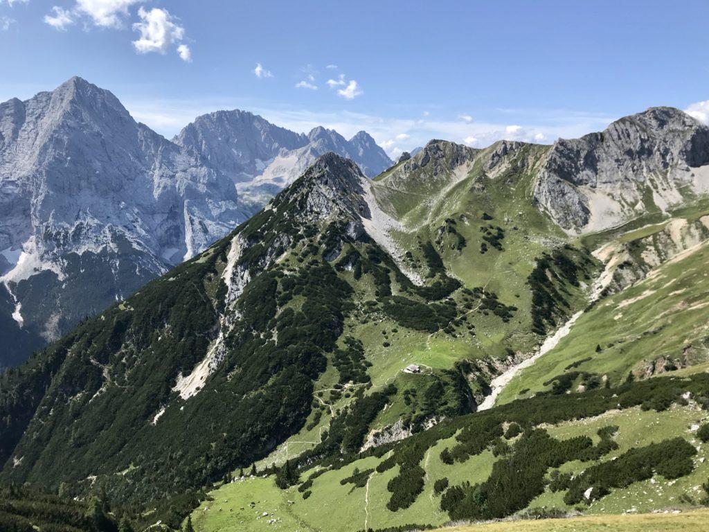 Das Wettersteingebirge fasziniert mit felsigen Gipfeln und grünen Almwiesen