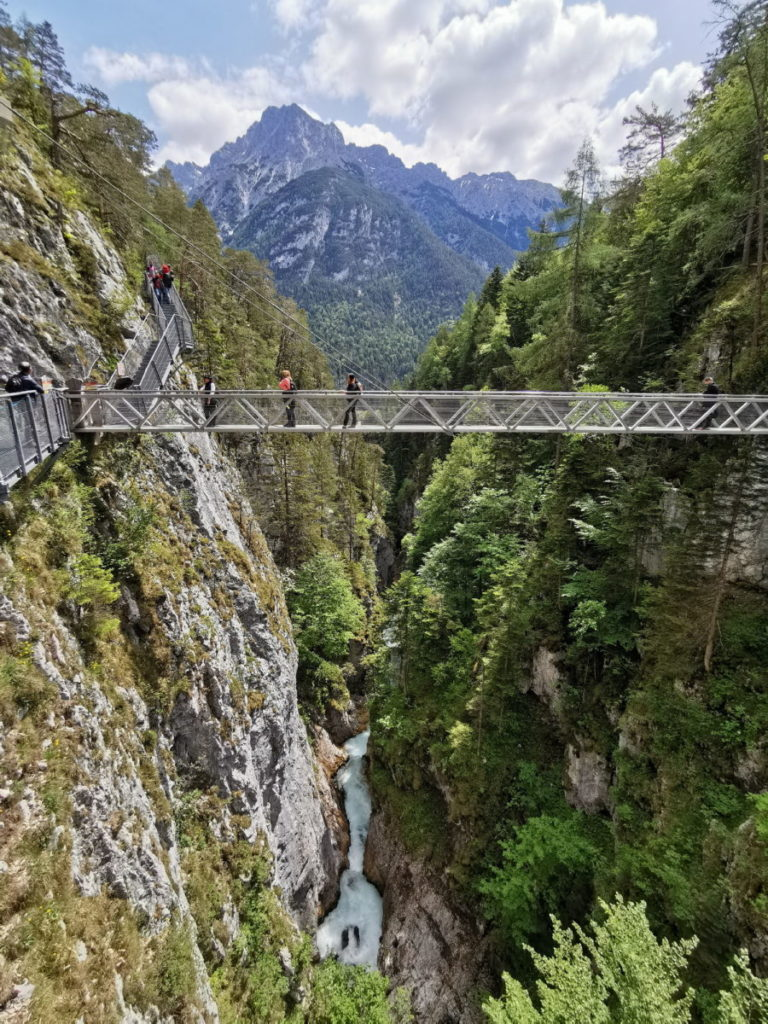 Hier kannst du aus der Leutaschklamm auf das imposante Karwendel schauen