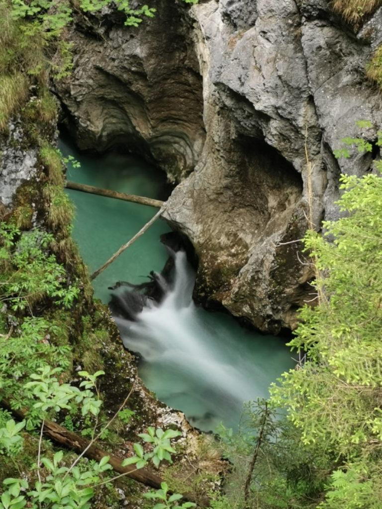 Immer wieder sind kleine Wasserfälle zwischen den türkisblauen Gumpen zu sehen