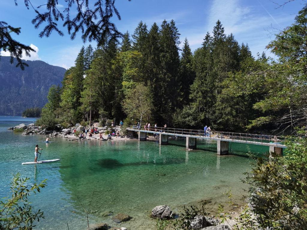 Über diese Brücke führt die Eibsee Wanderung im Wettersteingebirge