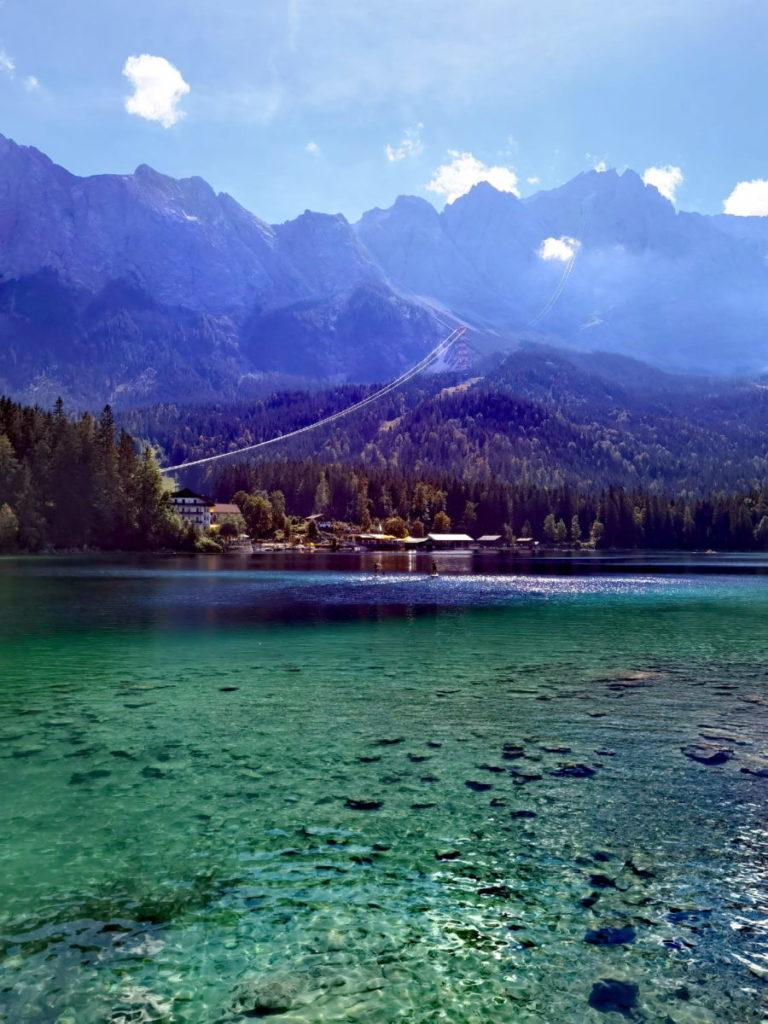 der türkisgrün schimmernde Eibsee - der meistbesuchte See im Wettersteingebirge