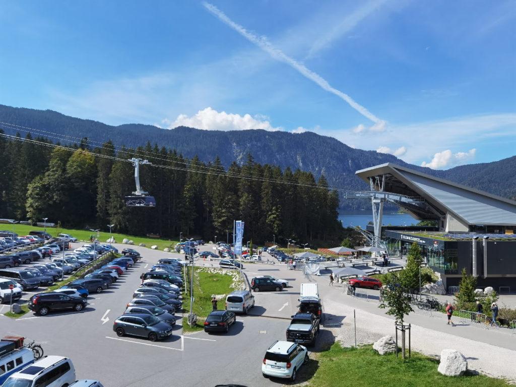 Direkt neben dem See ist die neue Talstation der Bergbahn auf die Zugspitze