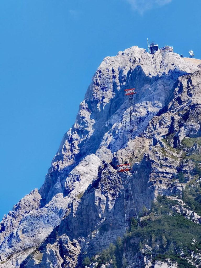 Die Zugspitze - oben die Bergstation, gesehen von der Tiroler Seite in Ehrwald