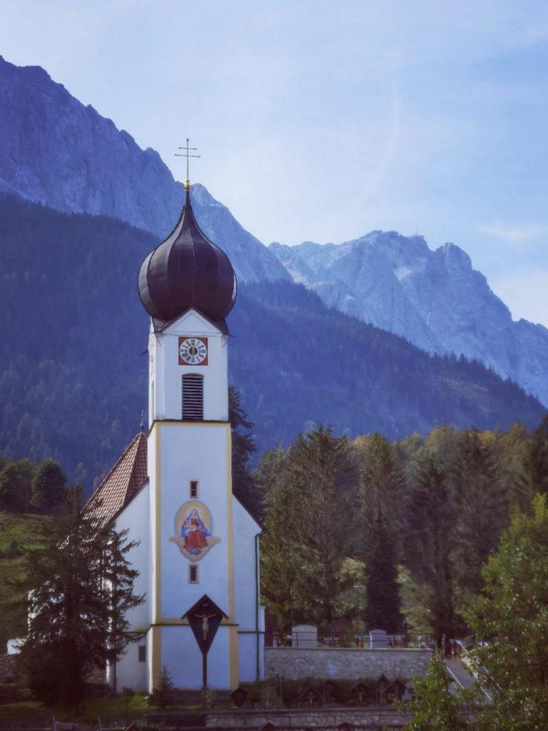 Start zum Badersee: Zu Füßen der Zugspitze in Grainau