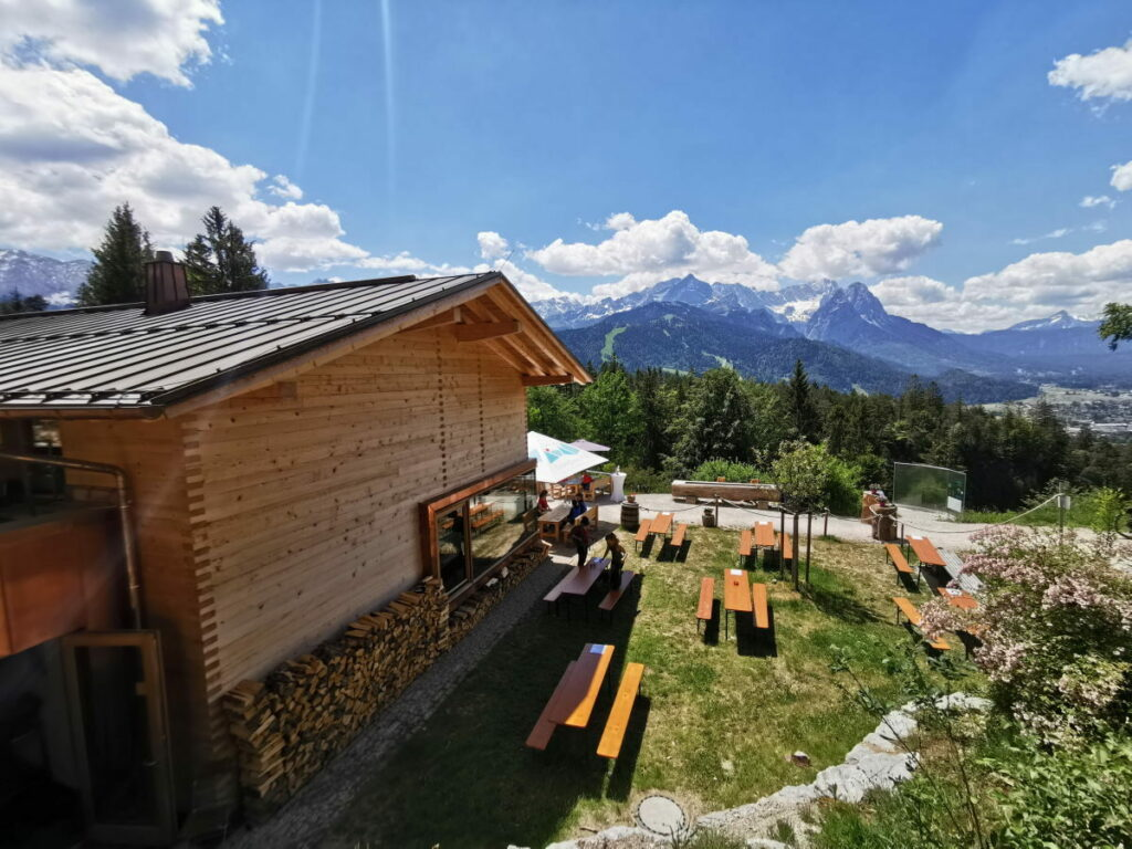Ausblick über die Tannenhütte auf die Zugspitze im Wettersteingebirge