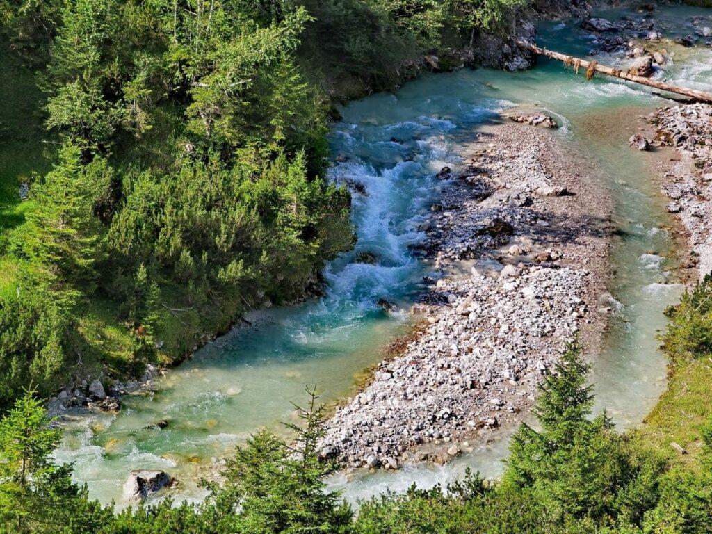 So schön kannst du entlang der Leutascher Ache im Wettersteingebirge zur Gaistalalm wandern