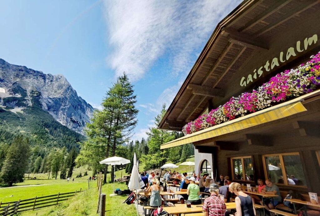 Genieße die urige Hütte im Wettersteingebirge - die Sonnenterrasse auf der Gaistalalm
